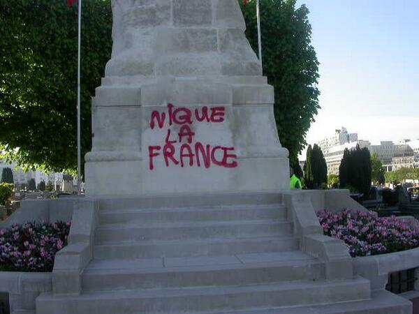 Profanation%20monument%20aux%20morts%20Levallois%20Perret%20avril%202013.jpg